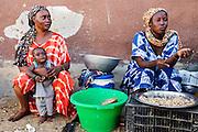 De wijk Guédiawaye in Dakar. De wijk is in 2005 zwaar getroffen door overstromingen, waarbij veel huizen zijn verdwenen. De gevolgen hebben nog altijd een forse impact op het leven daar. Er is nog altijd geen goede irrigatie en de gezondheid lijdt onder de vervuiling.