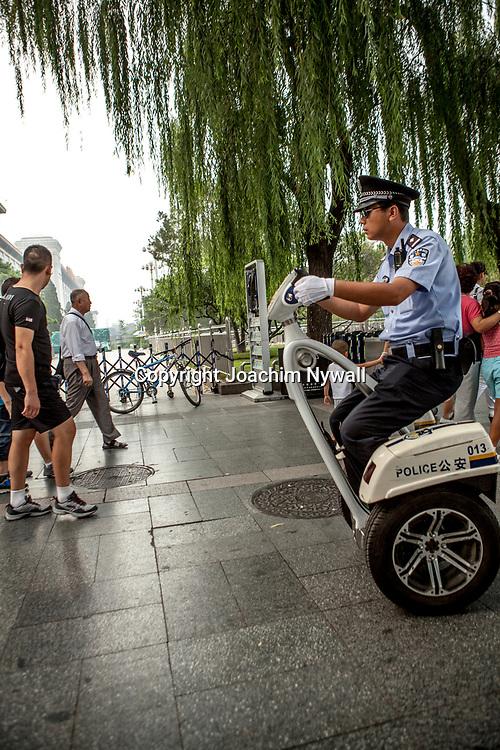 2011 08 Beijing Kina China<br /> polisman p&aring; segway utanf&ouml;r den f&ouml;rbjudna staden<br /> <br /> ----<br /> FOTO : JOACHIM NYWALL KOD 0708840825_1<br /> COPYRIGHT JOACHIM NYWALL<br /> <br /> ***BETALBILD***<br /> Redovisas till <br /> NYWALL MEDIA AB<br /> Strandgatan 30<br /> 461 31 Trollh&auml;ttan<br /> Prislista enl BLF , om inget annat avtalas.