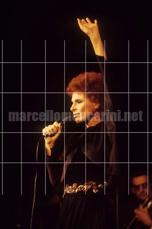 Italian pop singer Ornella Vanoni performing (about 1988) / La cantante Ornella Vanoni in concerto (1988 circa) - © Marcello Mencarini