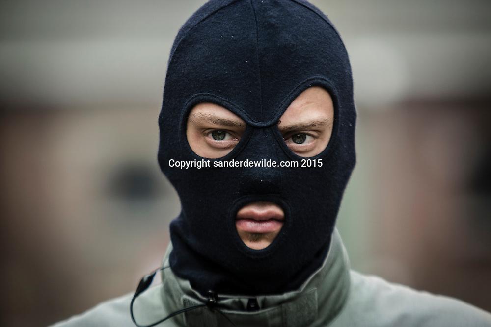 Demonstratie van de speciale eenheden van de federale politie en debriefing bij bezoek van ministers Charles Michel en Jan Jambon.gemaskerde man