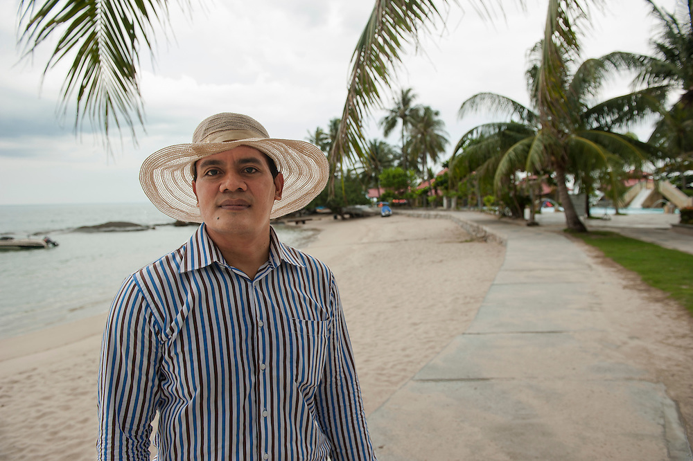 Ketut Edy Mulyana, hotel manager of Parai Beach Resorts (11O rooms). The number of tourists has decreased because of the tin mines off shore, poluting the sea water. Bangka Island (Indonesia) is devastated by illegal tin mines. The demand for tin has increased due to its use in smart phones and tablets.<br /> <br /> Ketut Edy Mulyana, directeur de l'h&ocirc;tel Parai Beach Resorts (11O chambres). Voit la fr&eacute;quentation des touristes baisser &agrave; cause des mines sur la mer.  L'&icirc;le de Bangka (Indon&eacute;sie) est d&eacute;vast&eacute;e par des mines d'&eacute;tain sauvages. La demande de l'&eacute;tain a explos&eacute; &agrave; cause de son utilisation dans les smartphones et tablettes.