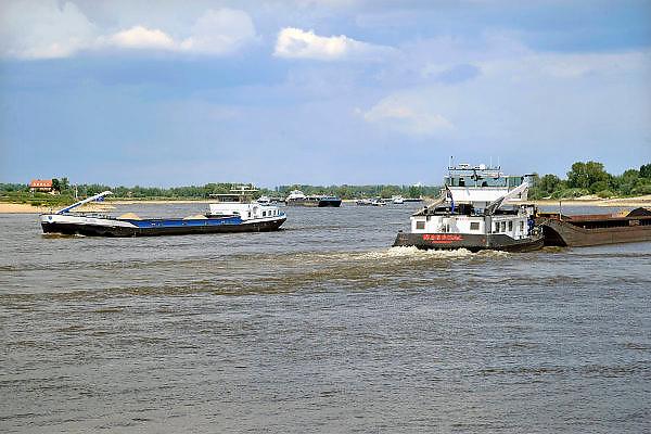 Nederland, Nijmegen, 4-5-2011Scheepvaart op de Waal. Door de langdurige droogte is de waterstand zeer laag voor de tijd van het jaar. Schepen worden minder zwaar beladen, waardoor er meer schepen ingezet moeten worden.Foto: Flip Franssen/Hollandse Hoogte