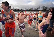Nederland, Gendt, 1-1-2007..Nieuwjaarsduik in het openlucht zwembad..Foto: Flip Franssen/Hollandse Hoogte