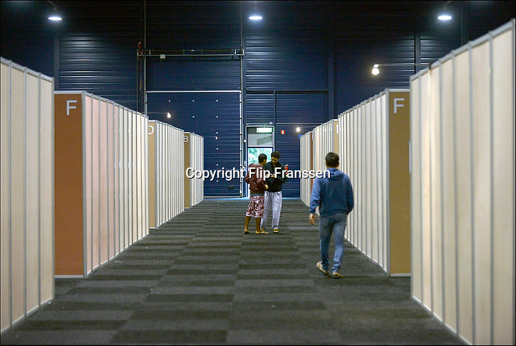 Nederland, The Netherlands, Rosmalen, 17-9-2015In de evenementenhal van het autotronl worden maximaal 400 vluchtelingen opgevangen, veelal afkomstig uit Syrië of Eritrea. In deze noodopvang wachten zij op doorstroming naar een azc en verdere afhandeling van hun asielaanvraag.In Holland the growing number of refugees forces the government to house them temporary and improvised in unused or empty buildings and halls. Often these are rented from private owners or real-estate firms such as this one.FOTO: FLIP FRANSSEN/ HH