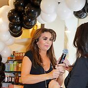 NLD/Amsterdam/20120424 - Lancering juwelenlijn Wishes by Rossana Kluivert-Lima, Rossana Kluivert-Lima overhandigt eerste ketting aan haar moeder Anneke