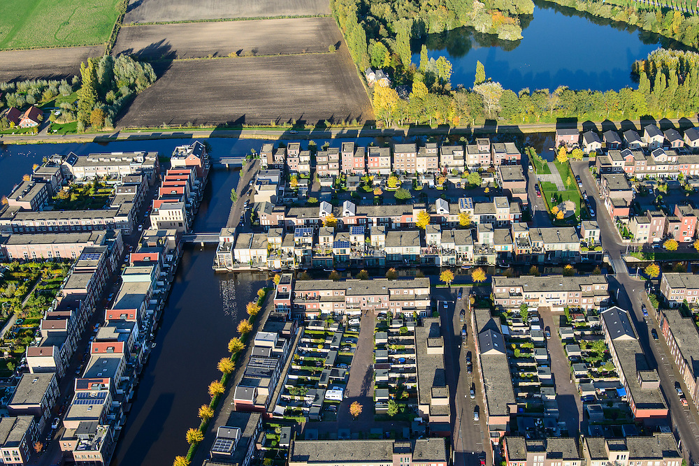 Nederland, Utrecht, Amersfoort, 24-10-2013; de wijk Vathorst, deelplan De Laak. Het stedenbouwkundig plan (van de stedebouwkundigen West8 met Adriaan Geuze )  is gebaseerd op grachten en singels. Grachtenstad. De nieuwe wijk grenst aan de polders tussen Bunschoten-Spakenburg en Nijkerk.<br /> New housing district Vathorst in Amersfoort, the urban plan of this Canal City, is based on canals with canal house-style houses. Developed by the urban development agency West8, Adriaan Geuze.<br /> luchtfoto (toeslag op standaard tarieven);<br /> aerial photo (additional fee required);<br /> copyright foto/photo Siebe Swart.