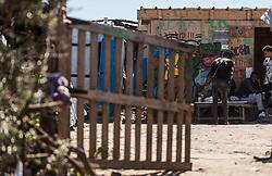 24.06.2016, Dschungelcamp, Calais, FRA, der Dschungel von Calais, im Bild Männer vor einer Unterkunft. Das Camp ist eine provisorische Zeltstadt nahe der französischen Stadt Calais. Mehrere tausend Menschen kampieren dort in Zeltunterkünften und warten auf eine Möglichkeit zur illegalen Weiterreise durch den Eurotunnel nach Großbritannien. Men in front of a accommodation. The Calais Jungle is the nickname given to a migrant encampment, where migrants live while they attempt illegally to enter the United Kingdom at the Jungle Camp of Calais, France on 2016, 06, 24. EXPA Pictures © 2016, PhotoCredit: EXPA, JFK