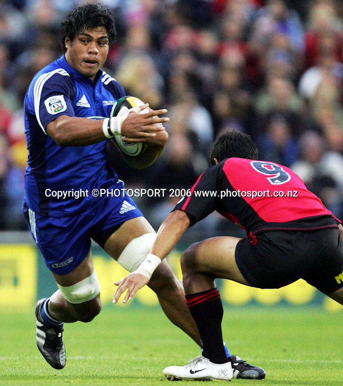 Blues Number 8 Nick Williams on the charge during the Rebel Sport Super 14 game between the Crusaders and the Blues at Jade Stadium, Christchurch, New Zealand on Saturday 4 March 2006. The Crusaders won the match 39-10. Photo: Tim Hales/PHOTOSPORT<br />
