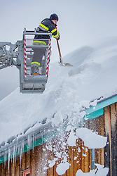 THEMENBILD - Schneechaos in der Steiermark, Feuerwehrmänner beim Schneeräumen auf einem Dach, aufgenommen am 12.01.2019, Eisenerz, Österreich // Firefighters while snow clearing on a roof taken on 2019/01/12, Eisenerz, Austria, EXPA Pictures © 2019, PhotoCredit: EXPA/ Dominik Angerer