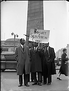 Students and members of the public join in a 'Boycott South African Goods' march in Dublin. The Dublin campaign, part of an international effort to highlight the injustices of the apartheid system, was initiated by the Irish branch of the Afro-Asia Society.   10.02.1960