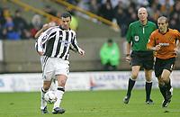 Fotball<br /> Premier League England<br /> 29.11.2003<br /> Wolverhampton v Newcastle<br /> Alex Rae - Wolves<br /> Gary Speed - Newcastle<br /> Foto: Morten Olsen, Digitalsport