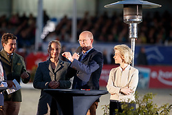 Kasselmann, Ulrich (Veranstalter);<br /> Bauer, Gudrund (Verägerin);<br /> Werth, Isabell (GER);<br /> Röser, Klaus (Dressurausschuss);<br /> Leyen, Ursula von der (Bundesministerin)