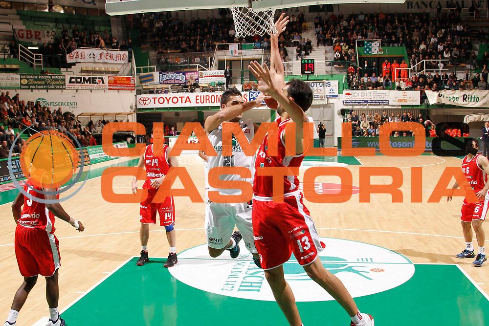 DESCRIZIONE : Siena Lega A 2011-12 Montepaschi Siena Cimberio Varese<br /> GIOCATORE : Pietro Aradori<br /> CATEGORIA : penetrazione<br /> SQUADRA : Montepaschi Siena<br /> EVENTO : Campionato Lega A 2011-2012<br /> GARA : Montepaschi Siena Cimberio Varese<br /> DATA : 20/11/2011<br /> SPORT : Pallacanestro<br /> AUTORE : Agenzia Ciamillo-Castoria/P.Lazzeroni<br /> Galleria : Lega Basket A 2011-2012<br /> Fotonotizia : Siena Lega A 2011-12 Montepaschi Siena Cimberio Varese<br /> Predefinita :