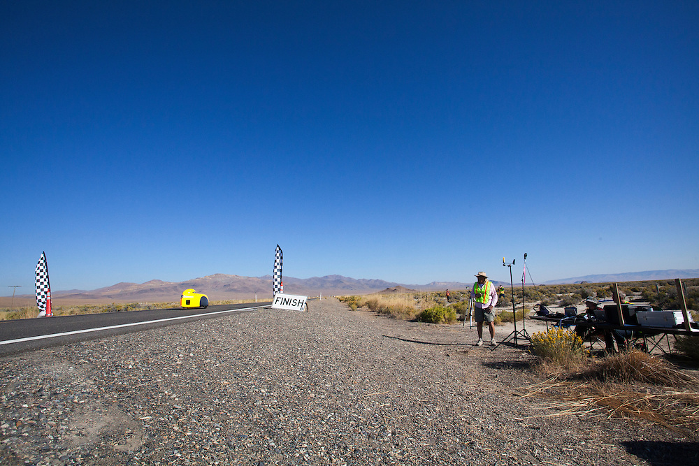 De vijfde racedag. In Battle Mountain (Nevada) wordt ieder jaar de World Human Powered Speed Challenge gehouden. Tijdens deze wedstrijd wordt geprobeerd zo hard mogelijk te fietsen op pure menskracht. Het huidige record staat sinds 2015 op naam van de Canadees Todd Reichert die 139,45 km/h reed. De deelnemers bestaan zowel uit teams van universiteiten als uit hobbyisten. Met de gestroomlijnde fietsen willen ze laten zien wat mogelijk is met menskracht. De speciale ligfietsen kunnen gezien worden als de Formule 1 van het fietsen. De kennis die wordt opgedaan wordt ook gebruikt om duurzaam vervoer verder te ontwikkelen.<br /> <br /> In Battle Mountain (Nevada) each year the World Human Powered Speed ​​Challenge is held. During this race they try to ride on pure manpower as hard as possible. Since 2015 the Canadian Todd Reichert is record holder with a speed of 136,45 km/h. The participants consist of both teams from universities and from hobbyists. With the sleek bikes they want to show what is possible with human power. The special recumbent bicycles can be seen as the Formula 1 of the bicycle. The knowledge gained is also used to develop sustainable transport.