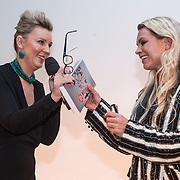 NLD/Bergen/20131114 - Boekpresentatie Saskia Noort - Debet, Saskia Noort reikt het boek uit aan Jildou van der Bijl