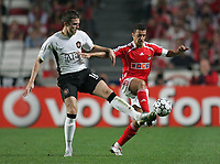 Photo: Lee Earle.<br /> Benfica v Manchester United. UEFA Champions League, Group F. 26/09/2006. United's Michael Carrick (L) battels with Simao.