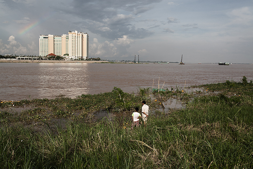 Father and son fishing along the Mekong river in Phnom Penh, Cambodia. <br /> Despite the several dam projects have caused a loss of fish throughout the whole sub-Mekong region, some estimates suggest that the LSS2 dam could potentially generate a fifth of the power Cambodia is likely to need by 2018.