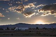 Een vrachtwagen rijdt over de Interstate 80 bij Battle Mountain tijdens een zonsondergang.<br /> <br /> At sunset a truck is riding on the Interstate 80 near Battle Mountain.