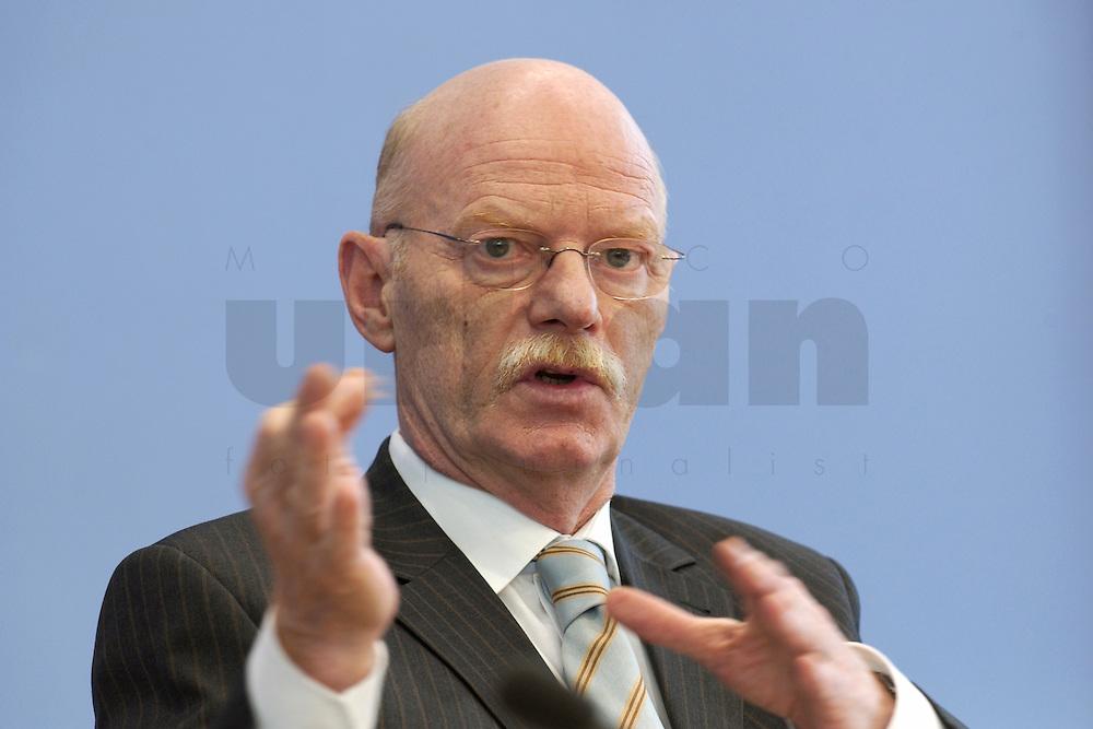 30 MAR 2004, BERLIN/GERMANY:<br /> Peter Struck, SPD, Bundesverteidigungsminister, waehrend einer Pressekonferenz zum neuen Ausruestungs- und Materialkonzept der Bundeswehr, Bundespressekonferenz<br /> IMAGE: 20040330-02-015