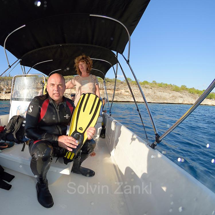 GEO Fotograf Solvin Zankl bereitet sich auf den nächsten Tauchgang vor. - Sea Turtle Conservation Bonaire