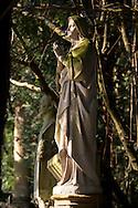 Europa, Deutschland, Koeln, Marienfigur auf einem alten Grab auf dem Melatenfriedhof.<br /><br />Europe, Germany, Cologne, statue of the Virgin Mary on an old grave at the Melaten cemetery.