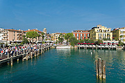 Schiffsanleger, Altstadt, Sirmione, Gardasee, Lombardei, Italien | pier, old town, Sirmione, Lake Garda, Lombardy, Italy