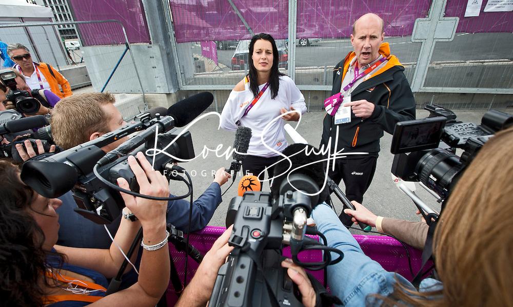 LONDON - Judoka Edith Bosch staat maandag de nationale en internationale pers te woord over haar incident in het Olympisch Stadion. rechts persvoorlichter John van Vliet. ANP KOEN SUYK