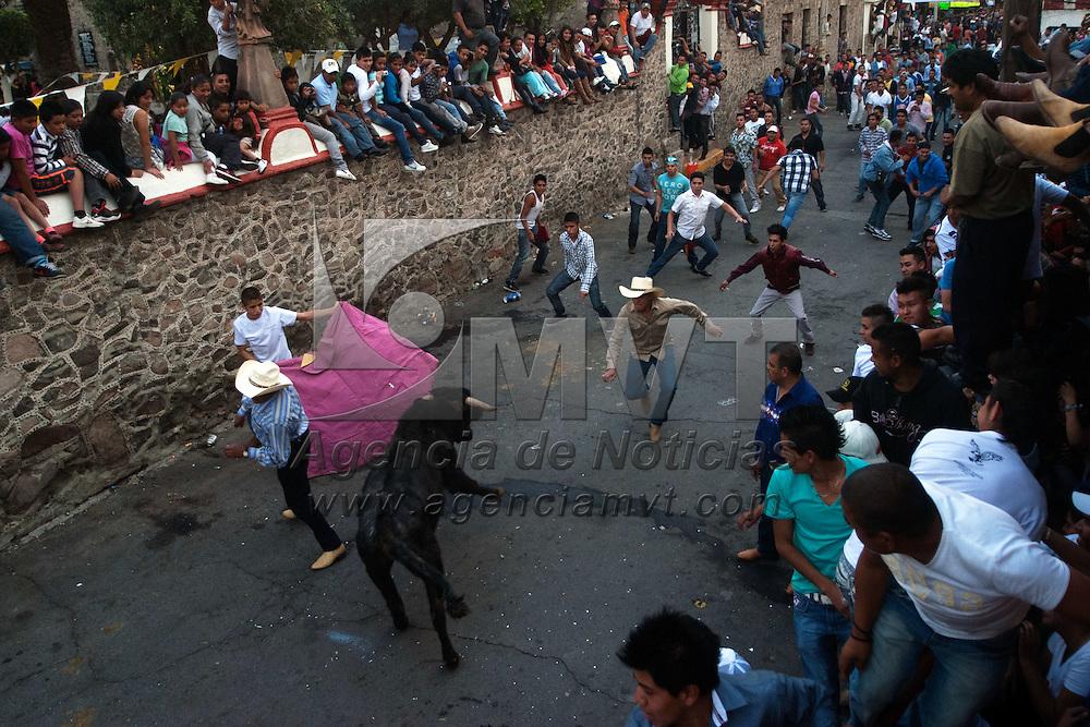 Ecatepec, México.- En el poblado de Tulpetlac se llevan acabo las fiestas de Cristo Rey, la cual festejan con una panplonada por las calles del barrio llamada Tulpetleada  Agencia MVT / Moisés Rosas