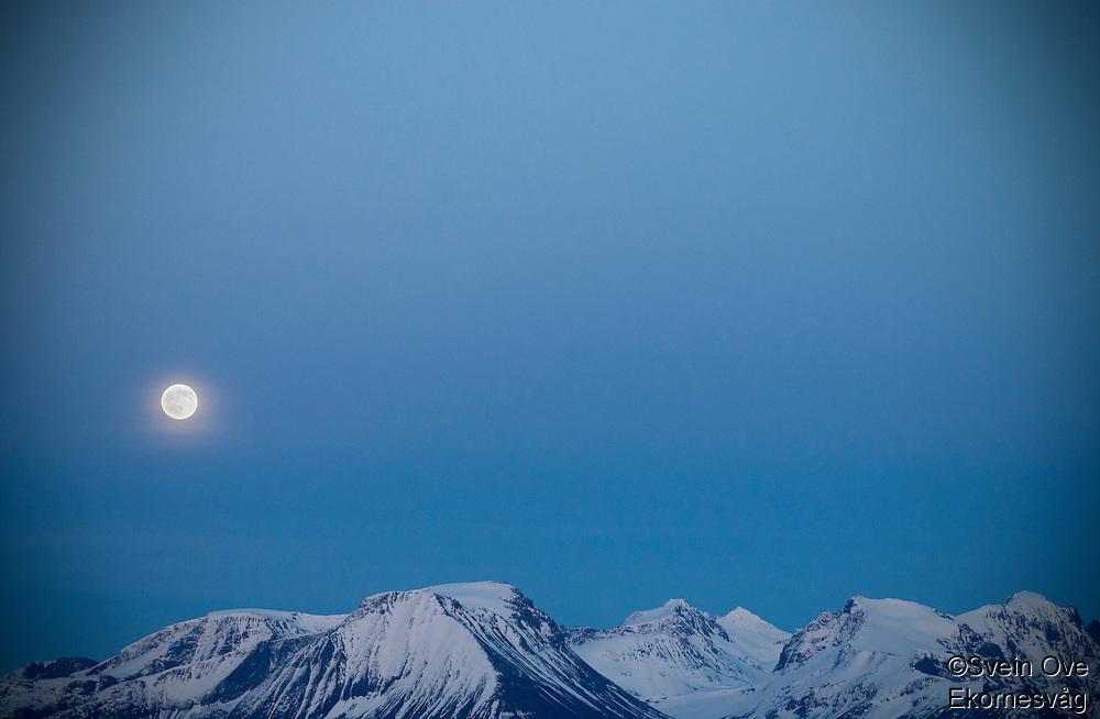 Måneskinn over Sunnmørsalpane.<br /> Foto: Svein Ove Ekornesvåg