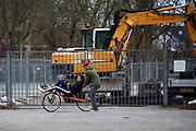 In Delft rijdt Jennifer Breet voor het eerst op de ligfiets. In september wil het Human Power Team Delft en Amsterdam, dat bestaat uit studenten van de TU Delft en de VU Amsterdam, tijdens de World Human Powered Speed Challenge in Nevada een poging doen het wereldrecord snelfietsen voor vrouwen te verbreken met de VeloX 8, een gestroomlijnde ligfiets. Het record is met 121,81 km/h sinds 2010 in handen van de Francaise Barbara Buatois. De Canadees Todd Reichert is de snelste man met 144,17 km/h sinds 2016.<br /> <br /> In Delft Jennifer Breet rides a recumbent for the first time. With the VeloX 8, a special recumbent bike, the Human Power Team Delft and Amsterdam, consisting of students of the TU Delft and the VU Amsterdam, also wants to set a new woman's world record cycling in September at the World Human Powered Speed Challenge in Nevada. The current speed record is 121,81 km/h, set in 2010 by Barbara Buatois. The fastest man is Todd Reichert with 144,17 km/h.