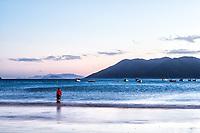 Homem pescando na Praia do Pântano do Sul ao anoitecer. Florianópolis, Santa Catarina, Brasil. / Man fishing at Pantano do Sul Beach at evening. Florianopolis, Santa Catarina, Brazil.