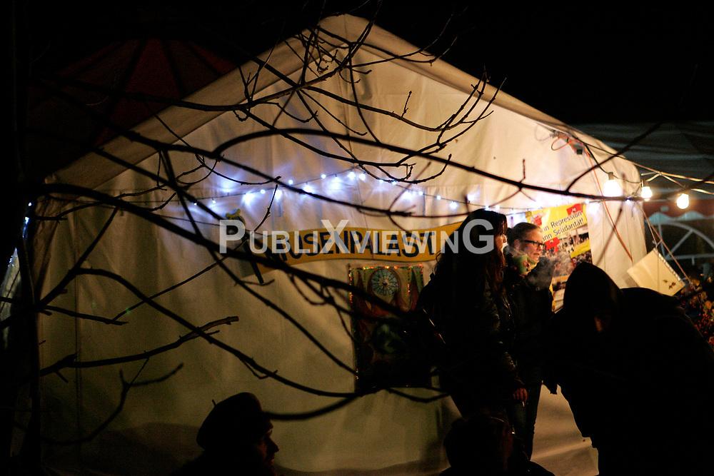 W&auml;hrend im &quot;Musenpalast&quot; genannten Kulturzelt in Laase im Wendland und direkt an der Castor-Transportstrecke Lesungen und Konzerte stattfinden, f&auml;hrt die Polizei drau&szlig;en schweres Ger&auml;t auf, um den nahenden Transport nach Gorleben zu sichern. <br /> <br /> Ort: Laase<br /> Copyright: Karin Behr<br /> Quelle: PubliXviewinG