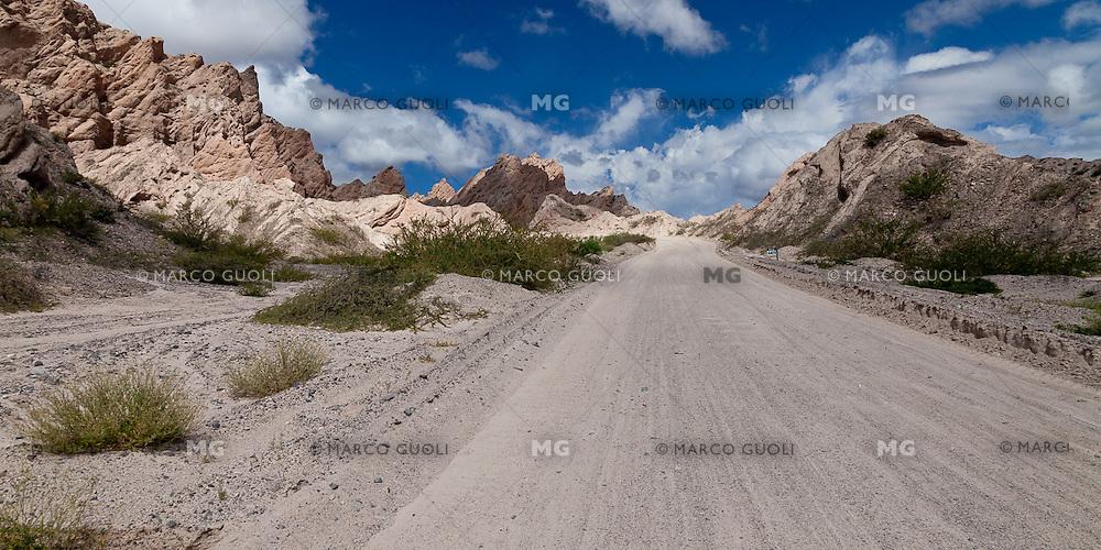 RUTA 40 CAMINO A ANGASTACO ENTRE LAS FORMACIONES ROCOSAS EROSIONADAS DE LA QUEBRADA DE LAS FLECHAS,  PROVINCIA DE SALTA, ARGENTINA (PHOTO © MARCO GUOLI - ALL RIGHTS RESERVED)