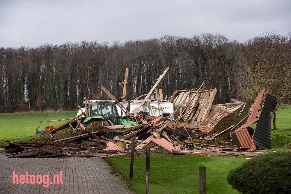 Nederland, 18jan2018 Stormschade  schuur met tractor en caravan daarin is ingestort, tussen Lochem en Goor fotografie: Cees Elzenga/hetoog.nl CE20180118 Editie: vrijefoto
