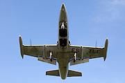 EELDE - De L-39 Albatros straaljager tijdens de landing op vliegveld Eelde na een astronautentraining van het commerciele ruimtevaartbedrijf Space Expedition Corporation. De straaljager die normaal gebruikt wordt voor oefeningen van de luchtmacht wordt ingezet als middel om de toekomstige SXC astronauten te trainen voor hun trip naar de ruimte en hen te laten wennen aan 5G zwaartekracht. Om de ruimtevluchten te kunnen aanbieden werkt SXC samen met het Amerikaanse bedrijf XCOR dat het ruimteschip, de Lynx, gaat leveren. Volgens SXC oprichter Harry van Hulten levert de bouw van de cockpit nog enige vertraging op, maar hij schat dat er aan het eind van dit jaar met de eerste testvluchten begonnen kan worden. ANP COPYRIGHT JURRIAAN BROBBEL
