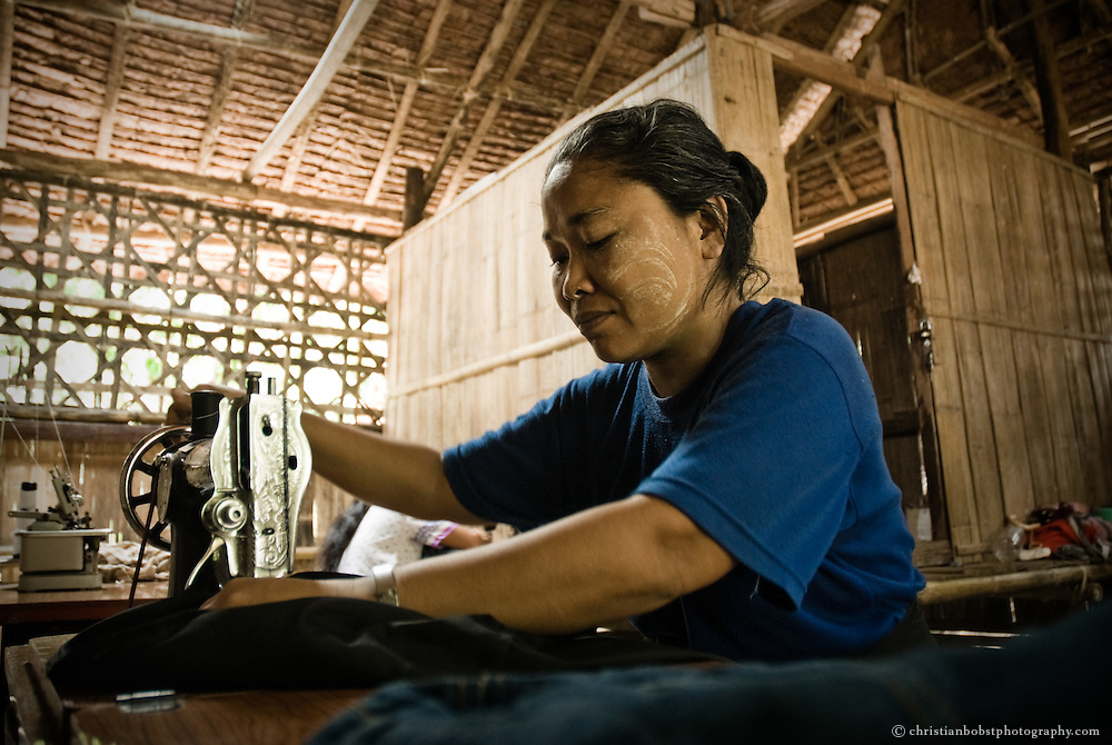 Der Camp-Leader des Lagers Mae La Oon bei einer Versammlung mit Vertretern des Hilfswerks TBBC, das für die Ernährung der Flüchtlinge zuständig ist. Die Flüchtlingslager sind von der internationalen Hilfe abhängig, werden aber weitgehend von den Flüchtlingen selbst verwaltet. Im Lager Mae La Oon leben hauptsächlich Menschen, die zur Ethnie der Karen gehören. Die Karen sind in Burma eine Minderheit und werden von der Militärjunta brutal verfolgt, teilweise gefoltert und vertrieben. Dies weil die Karen seit Jahren mit militärischen Mitteln für einen eigenen Staat kämpfen, der ihnen von den Briten nach deren Rückzug aus der Kolonie versprochen wurde.