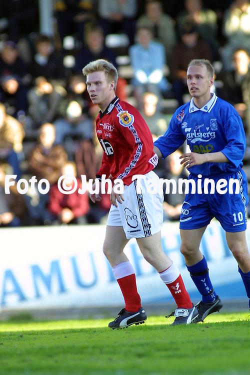 3.5.2001 Tampere, Finland. Veikkausliiga, Tampere United v FC Jazz. Petri Mielonen (FC Jazz) v Ville Lehtinen (TreU)..©JUHA TAMMINEN