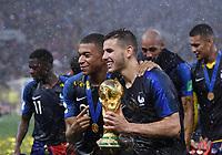 FUSSBALL  WM 2018  FINALE  ------- Frankreich - Kroatien    15.07.2018 JUBEL Weltmeister Frankreich; Kylian Mbappe (li) und Lucas Hernandez (re) mit dem WM Pokal