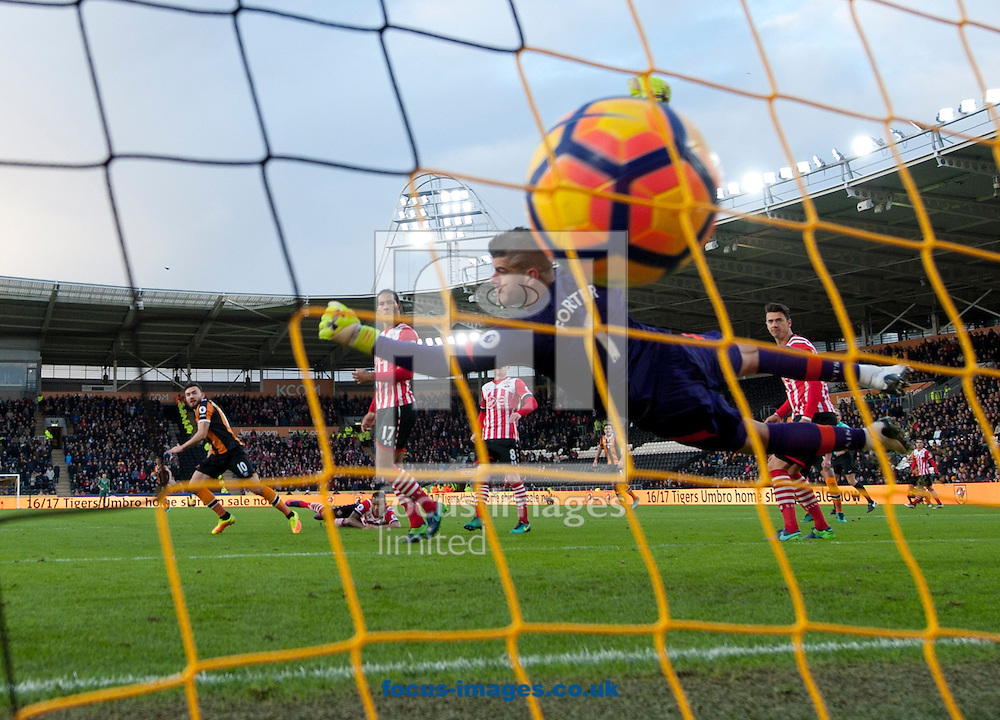 Robert Snodgrass of Hull City scores his team&rsquo;s equalising goal to make it 1-1 during the Premier League match at the KCOM Stadium, Hull<br /> Picture by Russell Hart/Focus Images Ltd 07791 688 420<br /> 06/11/2016