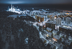 THEMENBILD - Blick auf die finnische Stadt Lahti mit den Lichtern der Stadt im Winter mit Schnee bedeckt und dem Skisprungstadion mit seinen Schanzen, aufgenommen am 07. Februar 2019 in Lahti, Finnland // View of the Finnish city Lahti with the lights of the city in winter covered with snow with the Skijumping Stadium and Hills. Lahti, Finland on 2019/02/07. EXPA Pictures © 2019, PhotoCredit: EXPA/ JFK