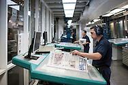 SAO PAULO, SP, BRASIL, 24/11/09, 22h31: Producao da Folha: Funcionarios da grafica do jornal Folha de S. Paulo trabalham no controle de impressao de papel jornal. (foto: Caio Guatelli/Folha Imagem)