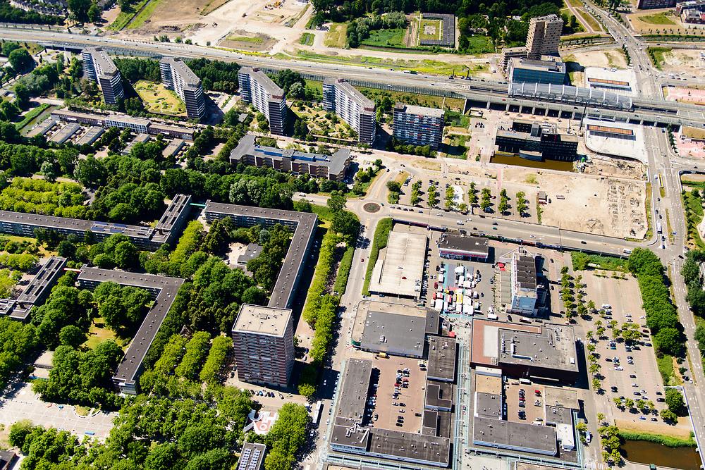 Nederland, Noord-Holland, Amsterdam-Noord, 29-06-2018; Buikslotermeerplein met Winkelcentrum Boven 't Y. In het groen, naast het winkelcentrum, woningcomplex het Plan Van Gool (met de straten Het Hoogt, Het Laagt, Bovenover, Benedenlangs). De hoogbouw zijn de flats van de Loenermark. Plangebied 'Centrum Amsterdam Noord' (CAN)<br /> Shopping centre Buikslotermeerplein, part of Planning area 'Centrum Amsterdam Noord' (CAN).<br /> <br /> luchtfoto (toeslag op standard tarieven);<br /> aerial photo (additional fee required);<br /> copyright foto/photo Siebe Swart