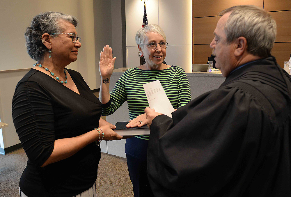 apl031317c/RIO RANCHO/pierre-louis/JOURNAL 031317<br /> Rio Rancho School Board member Wynne Coleman,, center,  swears in with the help of her friend Hope Garcia,,  and Judge Louis McDonald,, . Photographed  on Monday March 13, 2017. .Adolphe Pierre-Louis/JOURNAL
