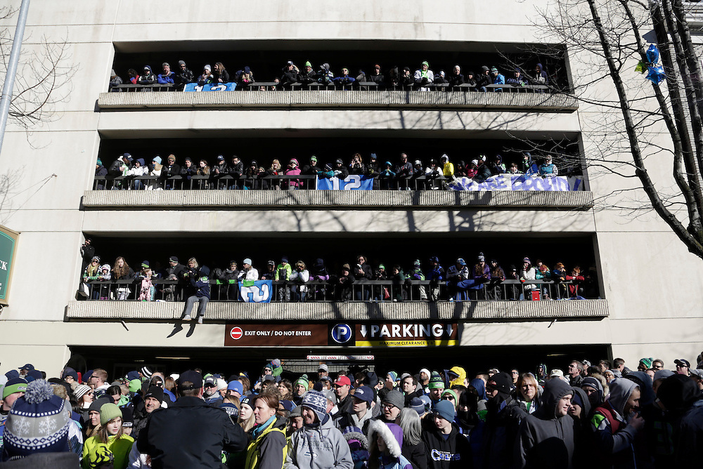 Seahawks fans stand in a parking structure to watch the Super Bowl victory parade for the Seattle Seahawks in Seattle, Washington February 5, 2014. Up to 500,000 Seattle Seahawks fans were expected to brave sub-freezing temperatures to celebrate the football team's first Super Bowl title at a parade set to wind through the city's downtown on Wednesday.  REUTERS/Jason Redmond  (UNITED STATES)