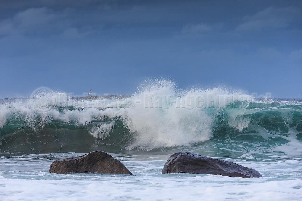 Wave refraction, nearby Flø on westcoast of Norway | Bølgebrytning ved Flø, Norge. Flørauden fyr i bakgrunnen.