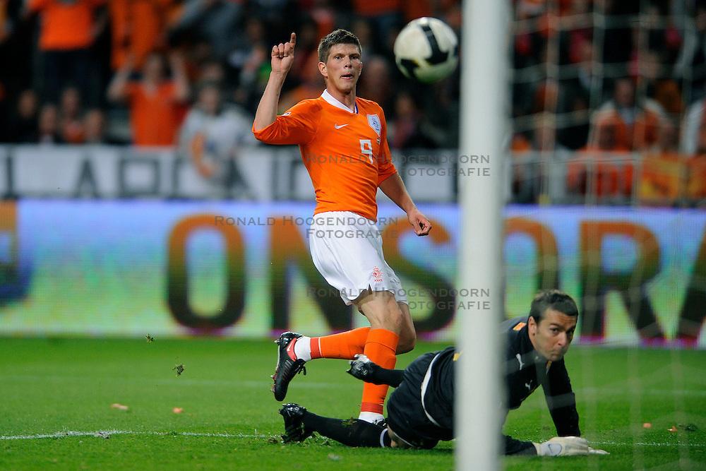 01-04-2009 VOETBAL: WK KWALIFICATIE NEDERLAND - MACEDONIE: AMSTERDAM<br /> Nederland wint met 4-0 van Macedonie / Klaas Jan Huntelaar scoort de 2-0. Keeper Tome Pacovski kansloos<br /> &copy;2009-WWW.FOTOHOOGENDOORN.NL