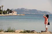 Griekenland, Aegina, 5-7-2008Vrouw maakt foto van een landschap op een grieks eiland.Foto: Flip Franssen