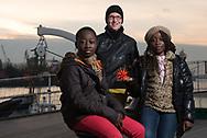 """Steffi Karsten (Mitte) ist SEEMANNSBRAUT und Angestellte der Reederei<br /> Ahrenkiel. Ihr Mann arbeitet auf einem Vermessungsschiff. Weihnachten 2012 lag<br /> es vor Mosambik. Ihre Patenkinder Jessica und Gideon sendeten ihre Grüße dorthin.<br /> In diesem Jahr feiert sie Weihnachten mit ihrem Mann. """"Ein Glück"""", sagt sie."""