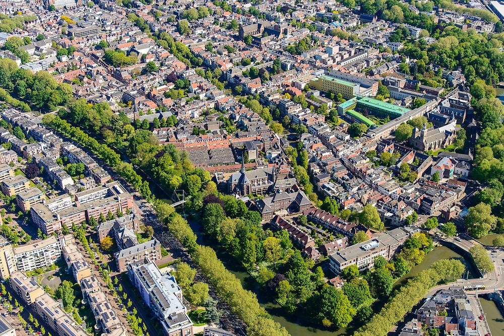 Nederland, Utrecht, Utrecht, 13-05-2019; overzicht van Utrecht gezien vanuit het Zuiden, bomen in voorjaarsgroen langs de Catherijnesingel. Rechts in de voorgrond Ledig Erf, Oude Gracht richting Dom en Domtoren, Geertekerk, Willem Arntsz stichting.<br /> Overview of Utrecht seen from the South, trees in green spring trees along the canals.<br /> <br /> luchtfoto (toeslag op standard tarieven);<br /> aerial photo (additional fee required);<br /> copyright foto/photo Siebe Swart