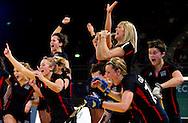 Jucatoarele de la Bowdown Hightown, reactioneaza in finala impotriva celor de la Reading, din cadrul Super Sixes Finals la hockey in sala, duminica, 30 ianuarie 2011. Bowdown Hightown a castigat dupa penaltiuri cu scorul 14-13 (5-5 dupa timpul regulamentar). BOGDAN MARAN / MMEDIAFAX FOTO